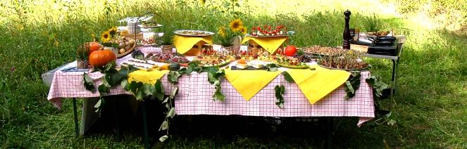 wander tisch gedeckt waldbuffet